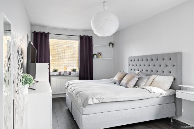 Mysigt sovrum med plats för dubbelsäng