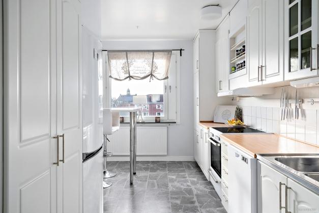 Köket med plats för matbord