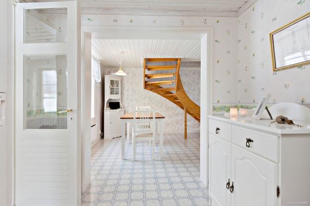 Inre hall och vy mot köket