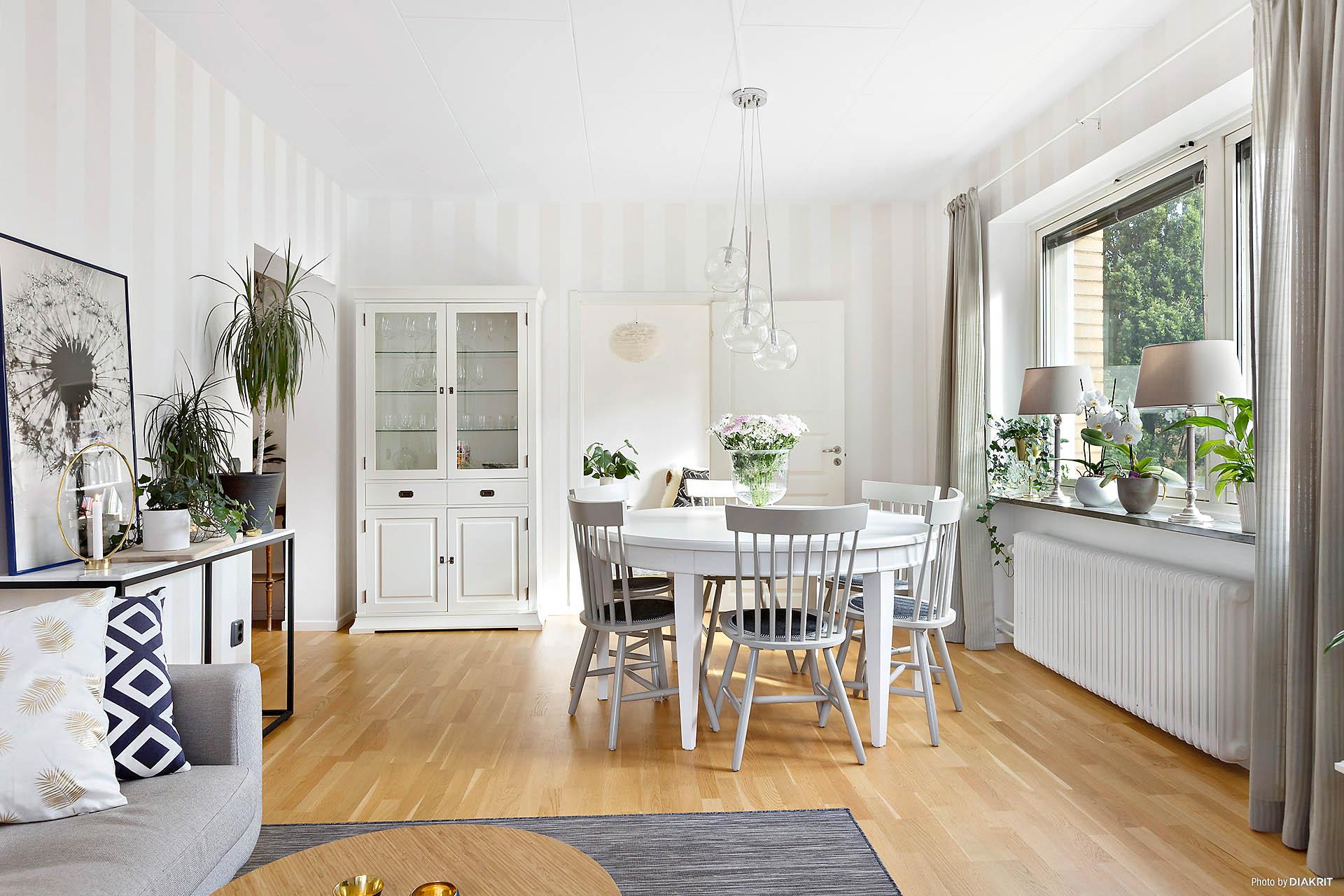 Vardagsrum med plats för matsalsbord.