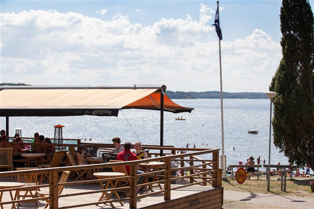 Strandcafé och restaurang med fin utsikt över badplatsen och Mälaren.