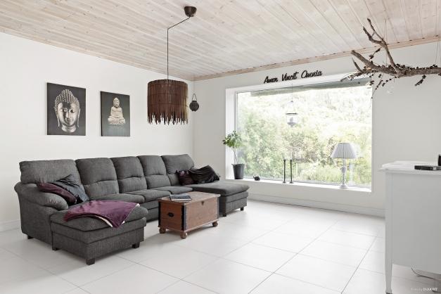 Vardagsrum med perspektivfönster mot trädgård