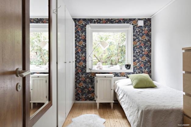 Sovrum 1 har vackert brädgolv och bra förvaring i flera garderober