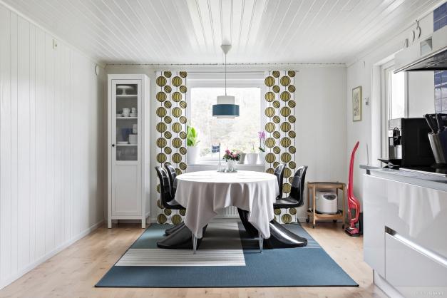 Köket är rymligt och har gott om plats för större matbord