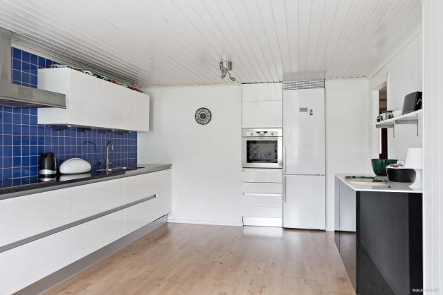 Fint renoverat kök med gott om arbetsytor och förvaring