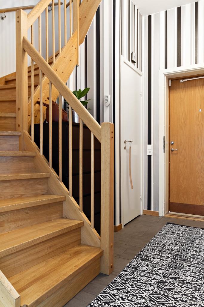Trappa till övre plan med förvaringsutrymme under trappen