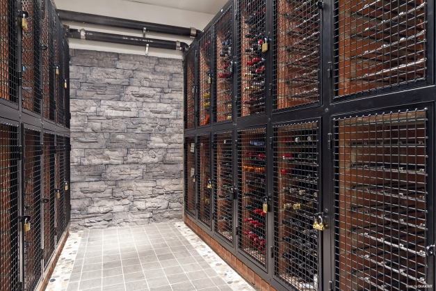 Gemensam vinkällare i källaren med individuella, låsbara fack.