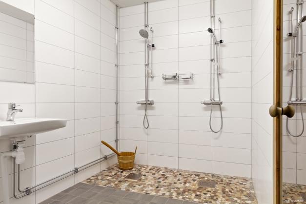 Gemensam bastu och dusch i källaren
