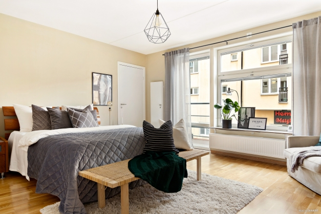 Stort sovrum med fransk balkong övre plan