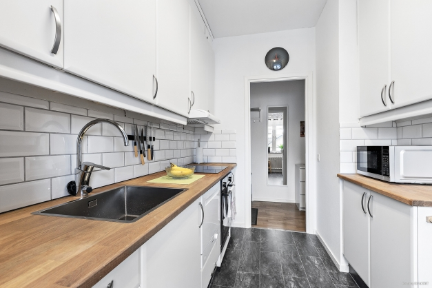 Ljust kök med gott om förvaringsutrymme