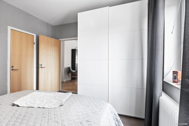 Sovrummet inrymmer garderobsförvaring samt tillgång till klädkammare
