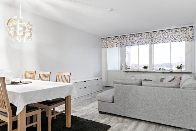 Vardagsrummet rymmer både matgrupp och soffa
