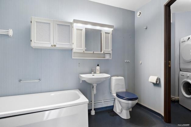 Badrum med separat tvättavdelning