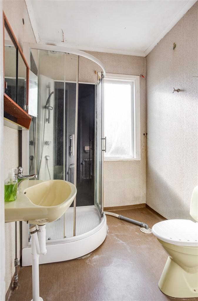 Dusch/wc med renoveringsbehov.