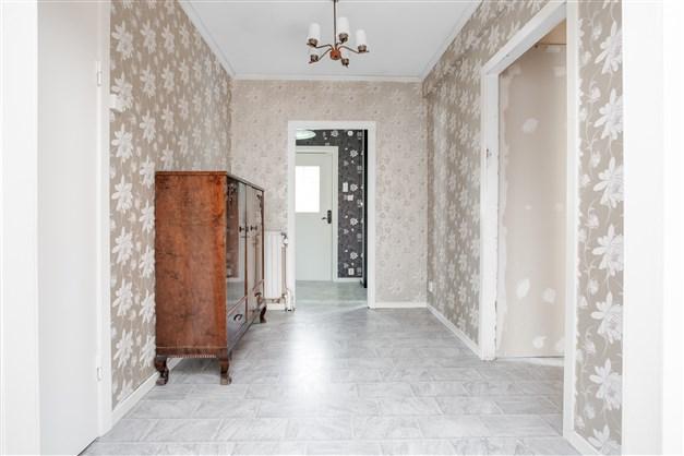 Större möblerbar hall med ingång mot dusch/wc.