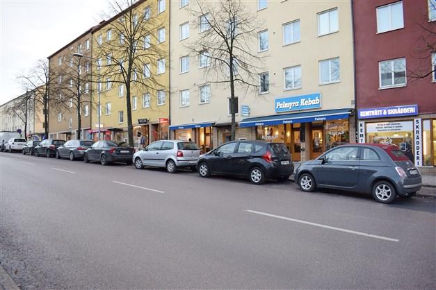 Småbutiker och restauranger längs Årstavägen vid Årsta Torg.