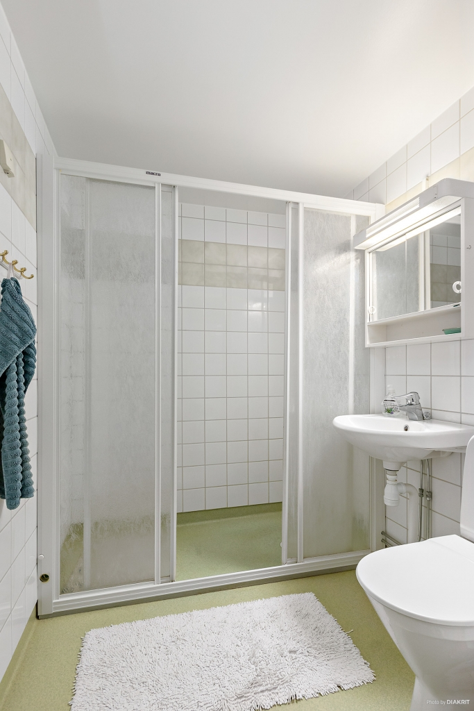 Badrum med rymlig dusch.