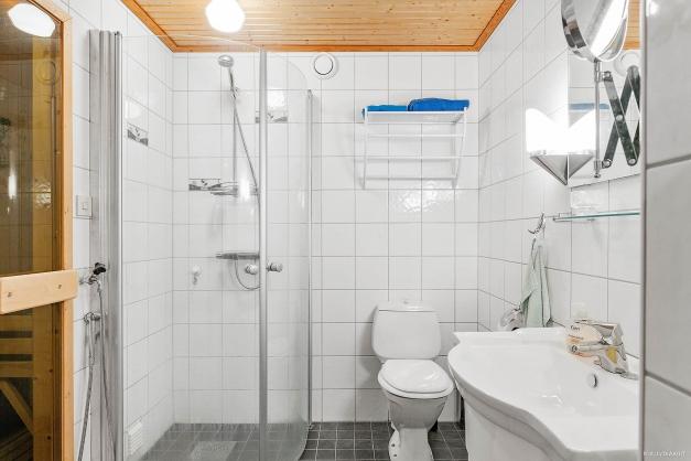 Helkaklat fräscht badrum med ingång till bastu