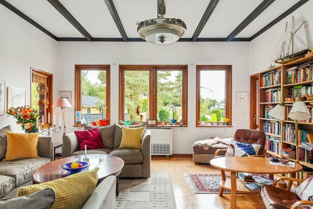 På ovanvåningen finner vi ett ståtligt vardagsrum som inbjuder till samvaro med familj och vänner