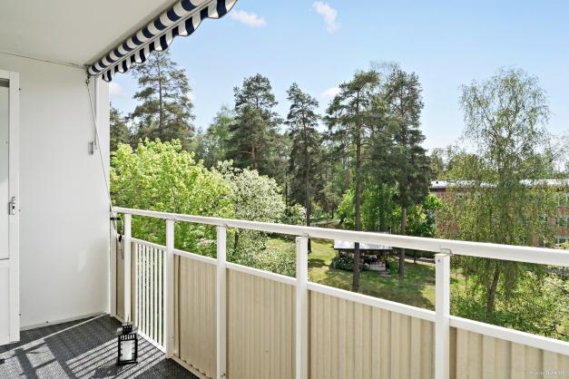 Balkong i insynsskyddat och säkert solläge