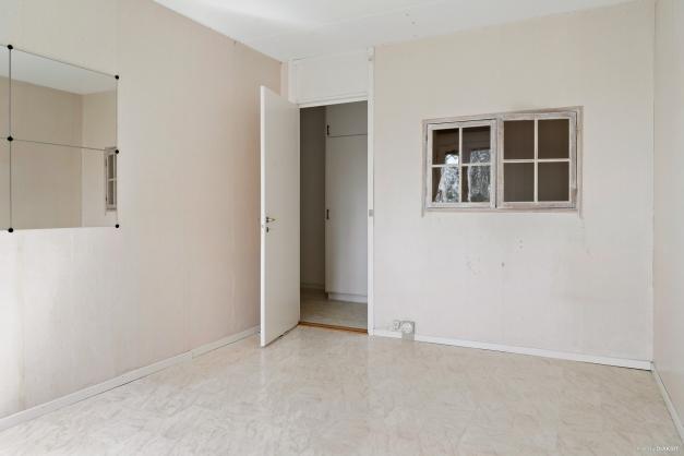 Stort sovrum i anslutning till barnrum/kontor