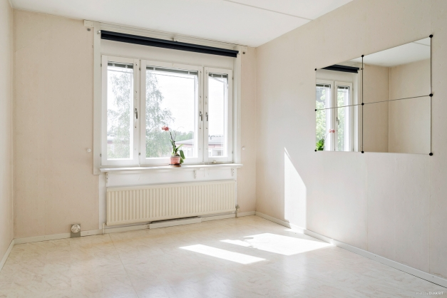 Stort sovrum med fönster mot lugn innergård