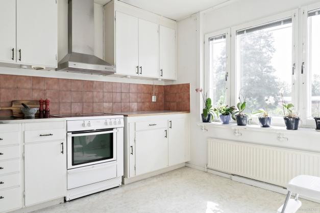 Kök i anslutning till vardagsrum och balkongen