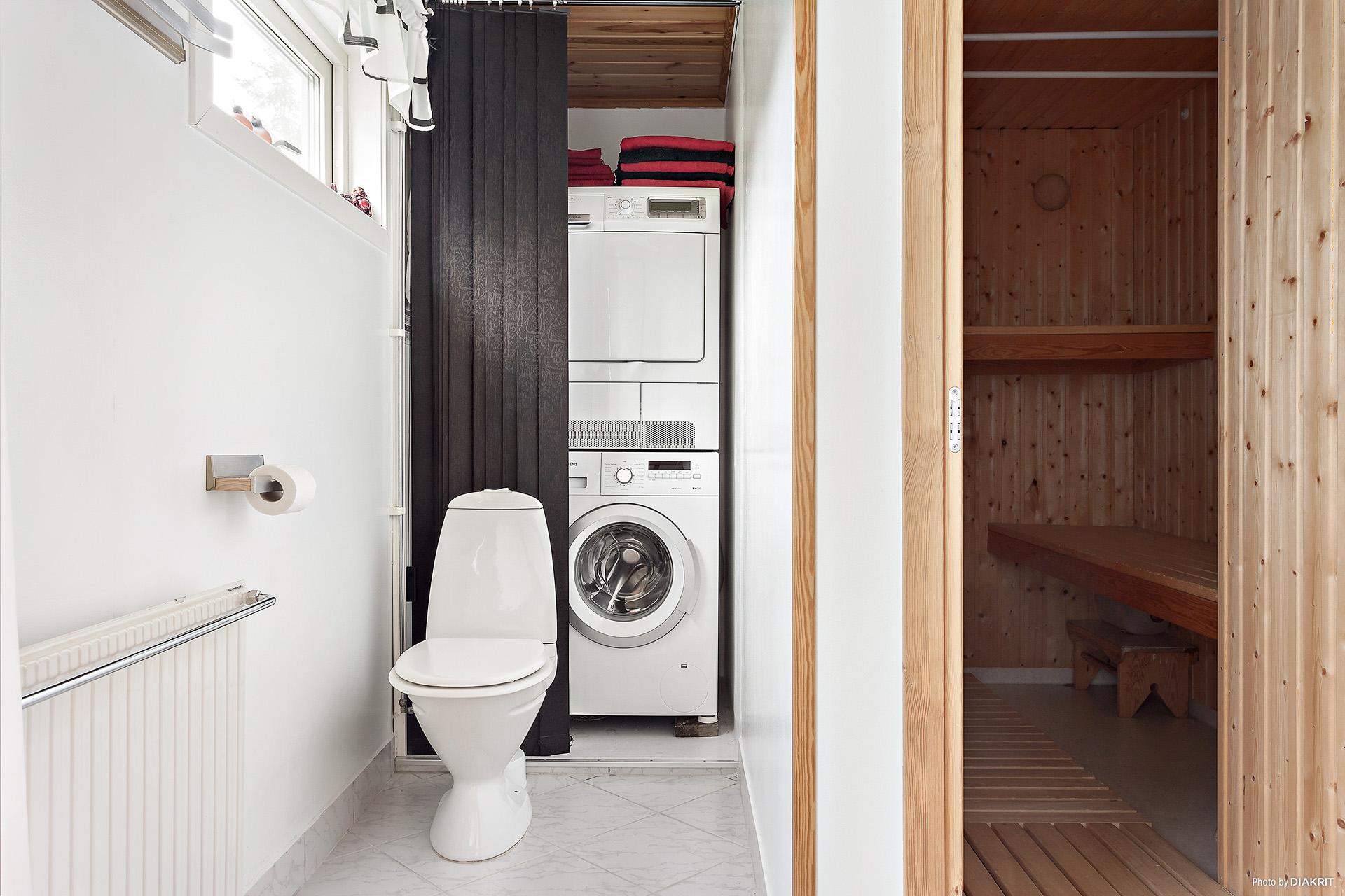 Både tvättmaskin och torktumlare i badrummet