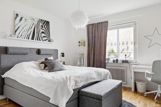 Stort sovrum med plats för både dubbelsäng, skrivbord och garderob.