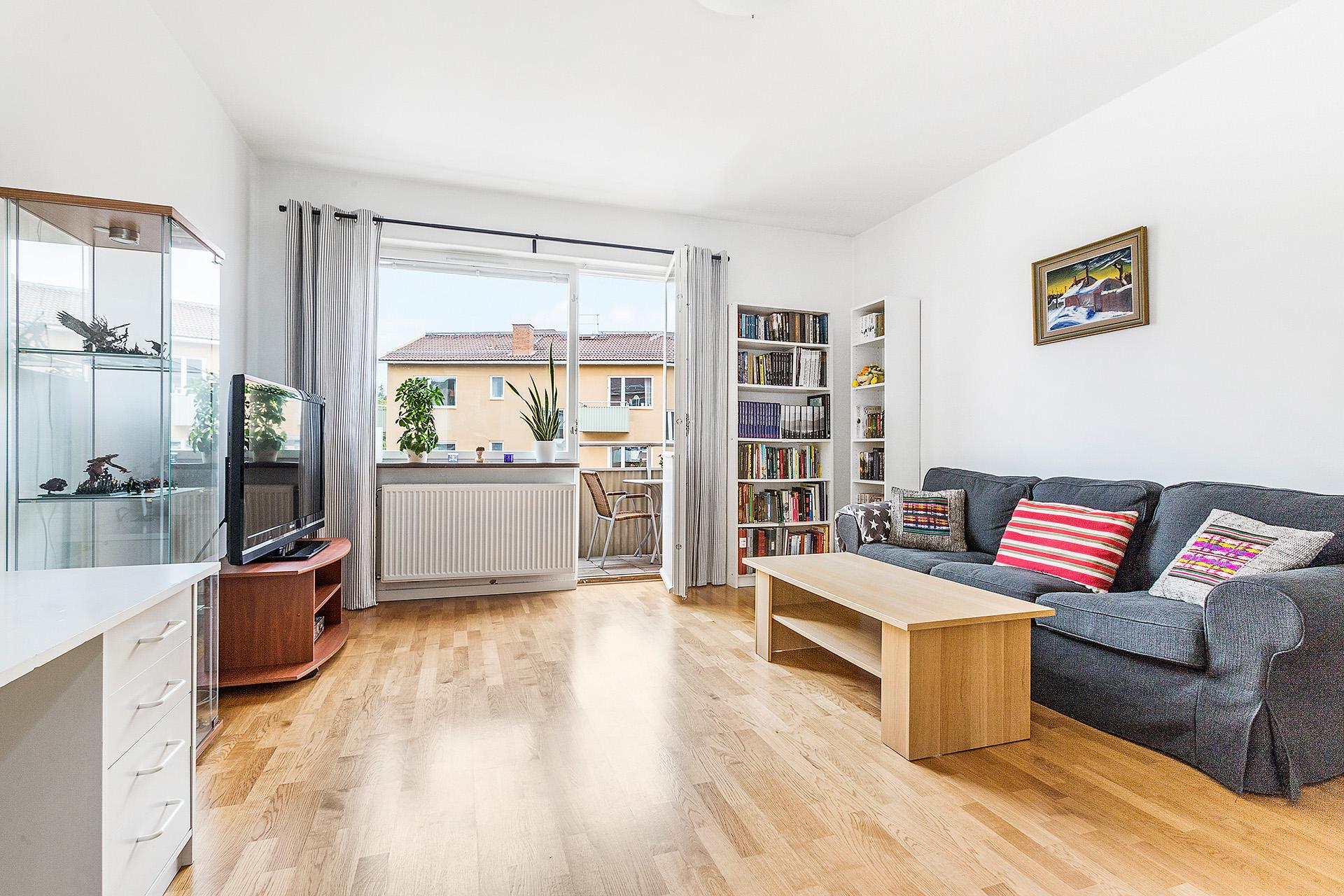 Luftigt vardagsrum med möbleringsalternativ