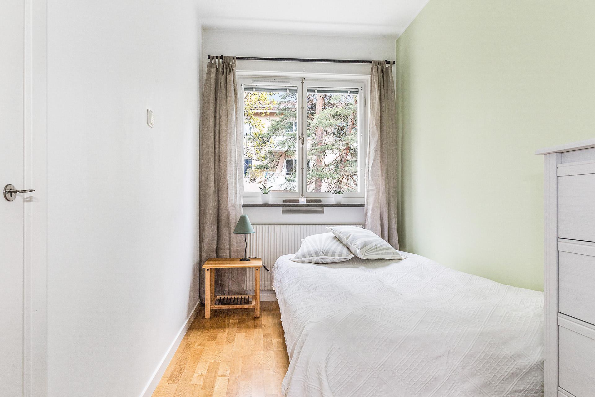 Sovrum mot baksida med integrerad garderob