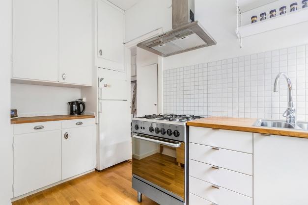 Kök med förvaringsmöjligheter och arbetsytor