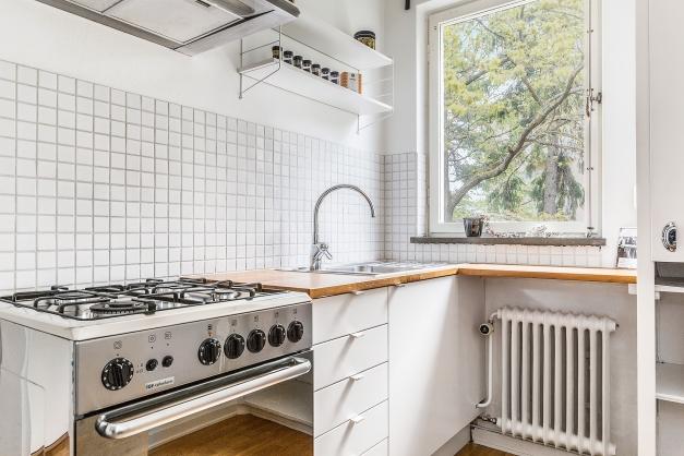 Ljust och fräscht kök med ljusinsläpp via fönster mot baksida