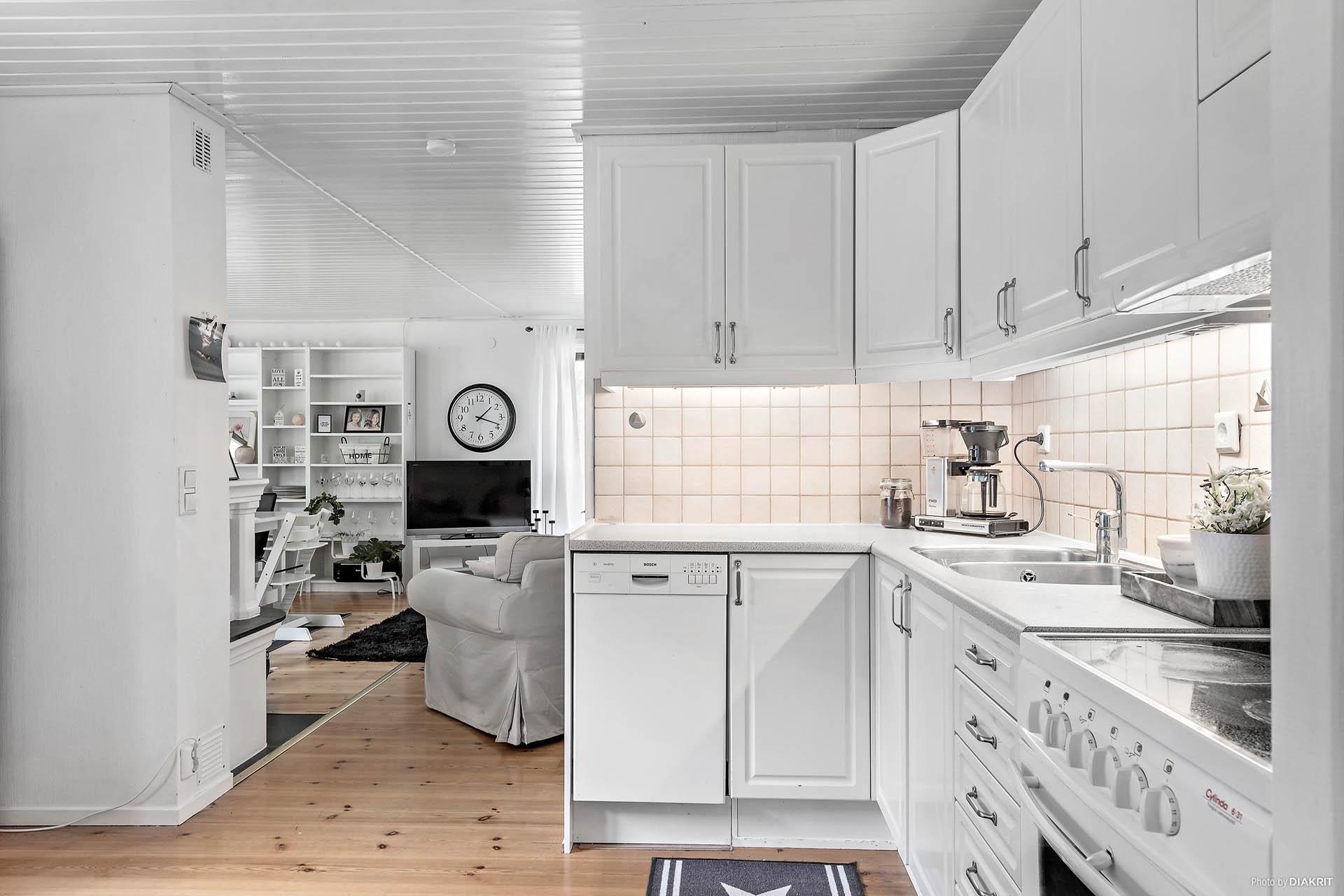 Trevligt kök i öppen planlösning till vardagsrummet.