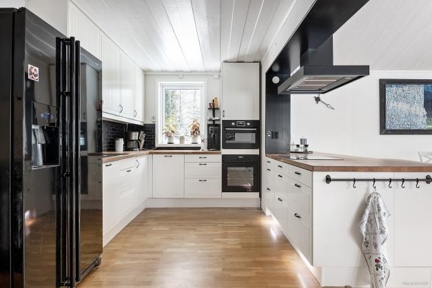 Renoverat kök med köksö som avdelar ut mot matplats och resten av köket