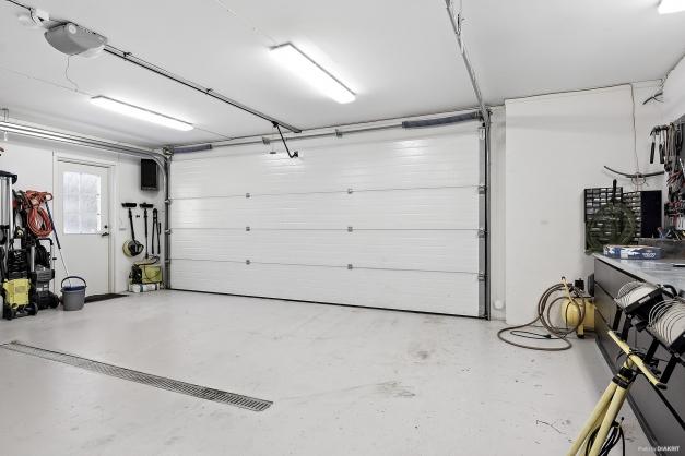 Garaget som nås både inifrån huset samt via dörr utifrån.
