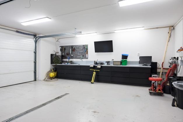 Mer av garaget med fantastisk arbetsbänk
