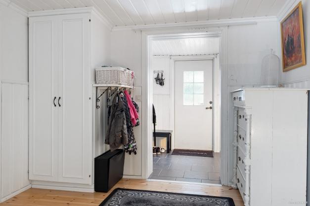 Välkommen in! Hall med plats för ytterkläder samt en inre möblerbar hall.