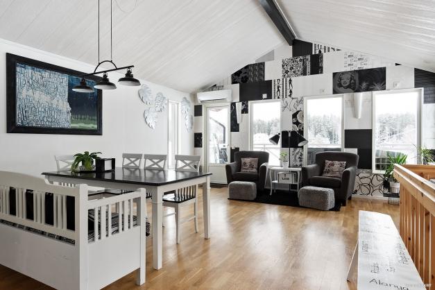 Det otroligt rymliga köket med plats för hela tjocka släkten. Härlig rymd och öppet till nock