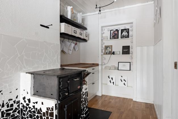 I köket finns även en vrå med plats för förvaring samt en äldre vedspis