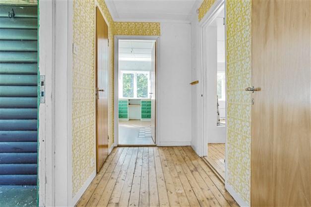 Hallen med fint trägolv.