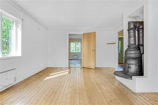 Vardagsrummet har fint trägolv.