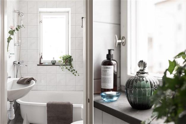 Ljust och fräscht badrum som erbjuder både dusch och badkar. Ljust kakel i modern stil.