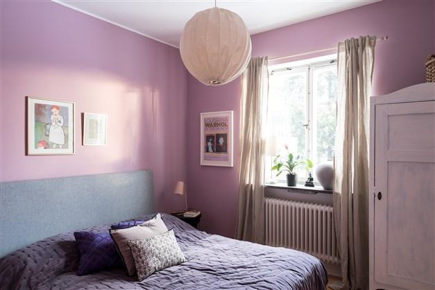 Harmoniskt sovrum med fönster som vetter i lugnt gavelläge. Här finns plats för både dubbelsäng och förvaring om så önskas.  Ljust trägolv i original.