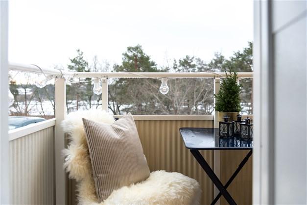 Trivsam balkong i söderläge med vacker utsikt och plats för två.  Nedanför finnes även trevlig uteplats.