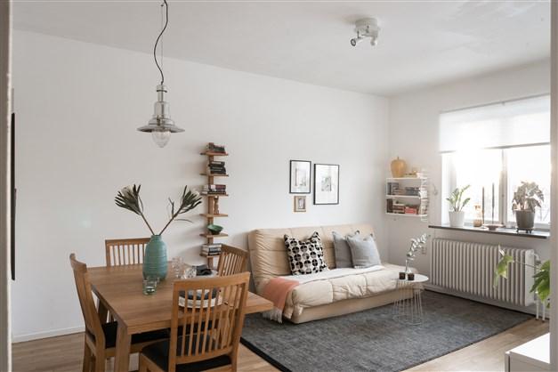 Välkommen till Lidköpingsvägen 24!   Stort vardagsrum med plats för både matsal och soffgrupp. Här finner du även utgång till balkong med utsikt över Hammarbyhöjden och takåsarna.