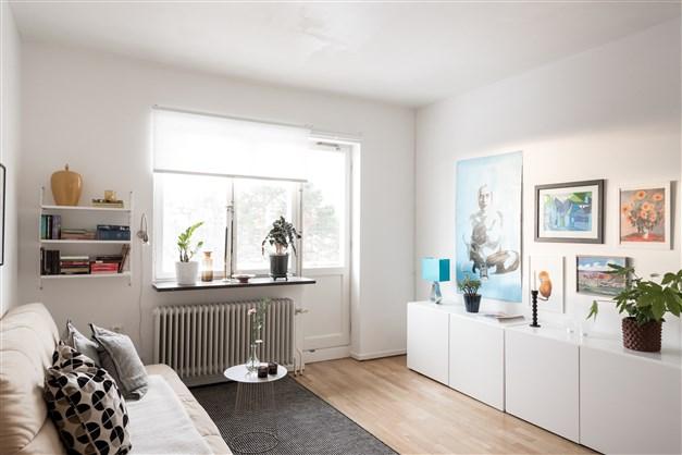 Lägenheten är belägen på första våningen. Vita väggar och originalparkett.
