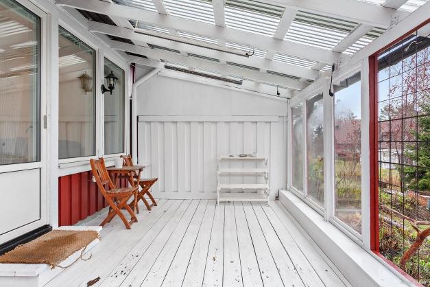 Altan på baksidan med tak och glaspartier
