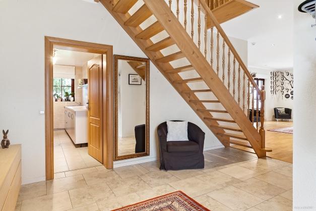 Èntre med trappa till ovanvåning.