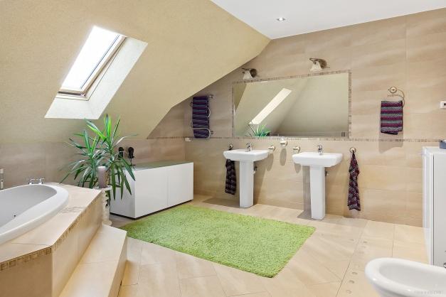 Fräscht badrum med inbyggt badkar.